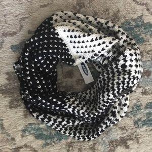 Old Navy infinity scarf NWT knit black & white